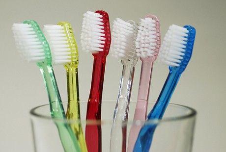 Come pulire e disinfettare lo spazzolino da denti