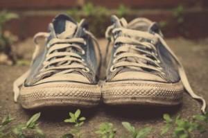 pulizia delle stringhe delle scarpe