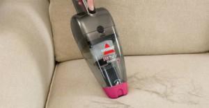 pulizia del divano in microfibra