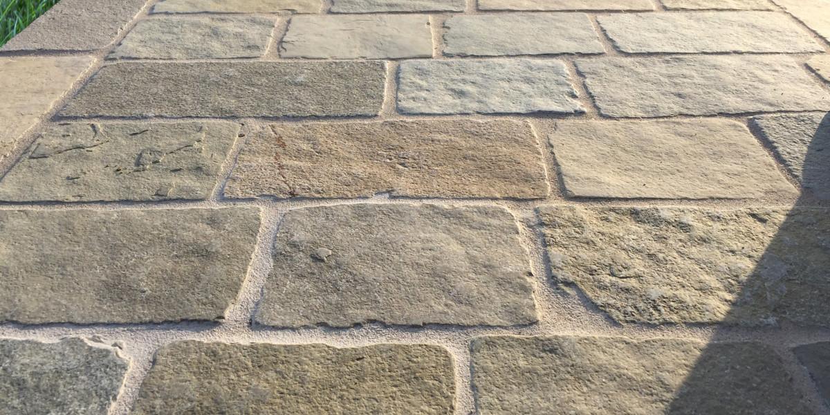 Come pulire le superfici esterne in pietra naturale