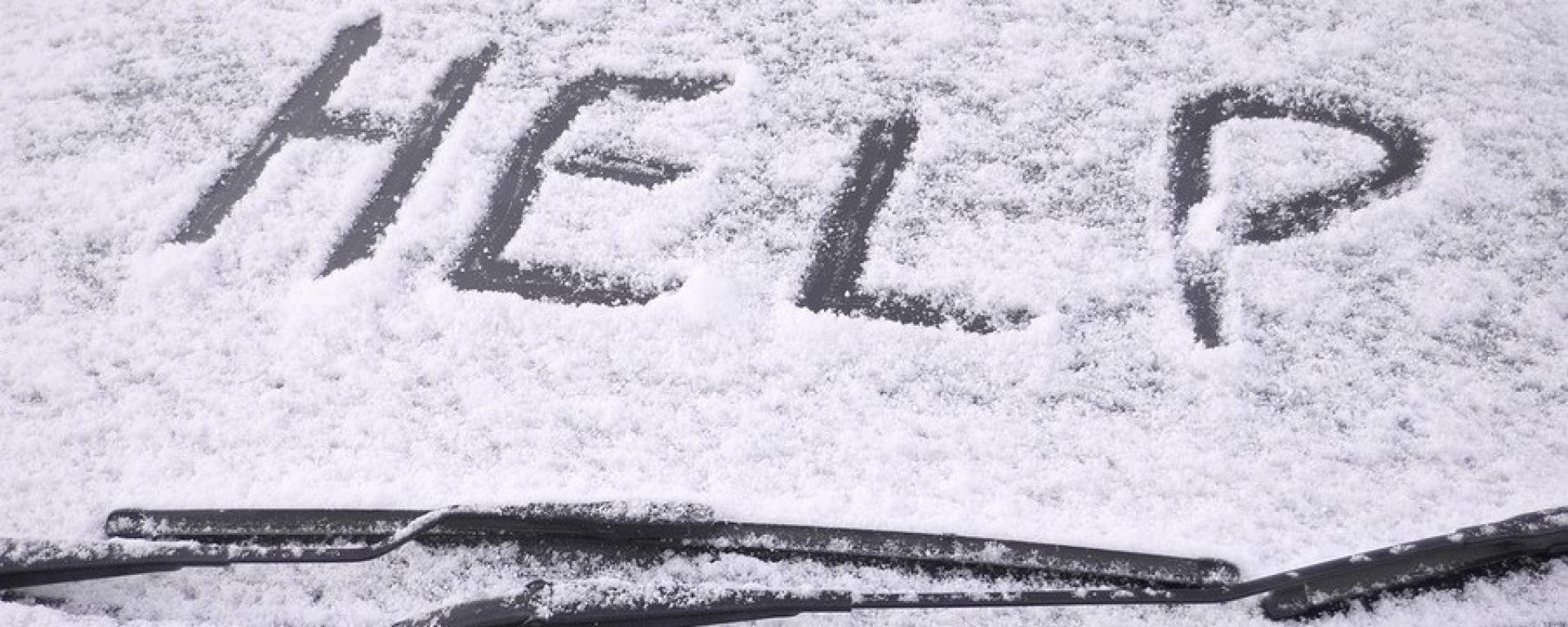 Come togliere la neve dall'auto