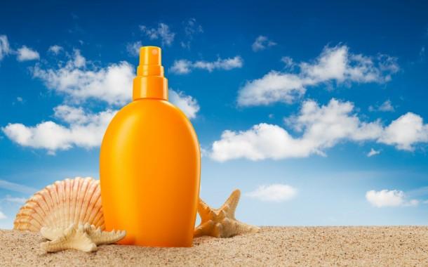 Come pulire le macchie di crema solare dai vestiti