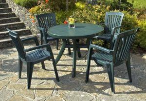 pulizia del tavolo e delle sedie in plastica
