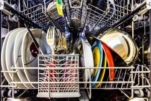 Come pulire i piatti dopo Natale