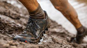 Pulizia delle scarpe sporche di fango